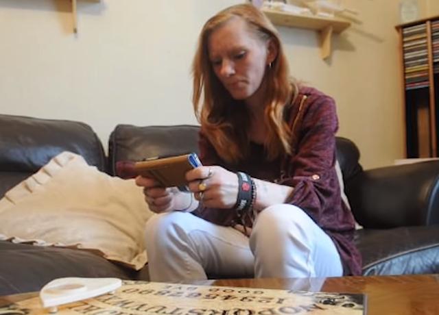 Wanita ini mengaku dihantui arwah adik, pergerakannya terekam kamera