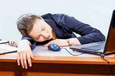 Kerap tidur di meja kantor, lengan wanita ini terpaksa harus dioperasi