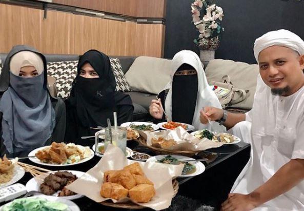 5 Momen Ustaz Arifin Ilham dengan ketiga istrinya, tampak harmonis