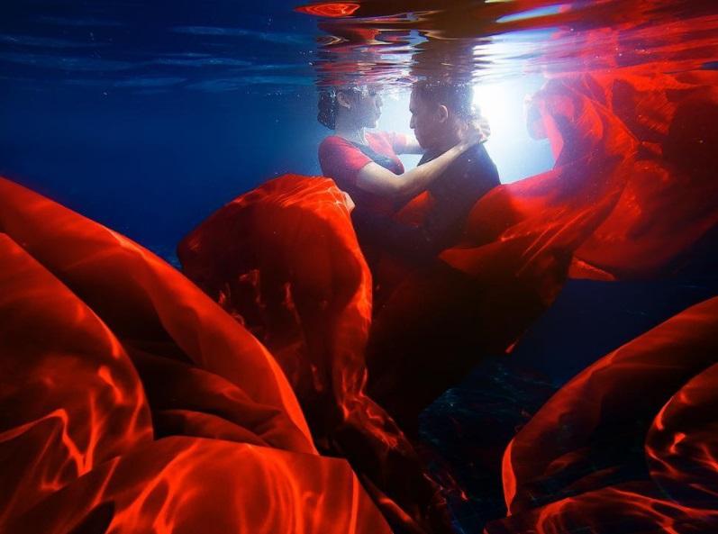 Mau prewedding nggak biasa? 15 Foto underwater ini bisa jadi inspirasi