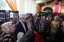 9 Momen romantis Kahiyang dan Bobby Nasution di acara pemberian marga