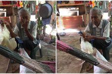 Demi hidupi cucunya, nenek ini rela menjual ayam peliharaannya