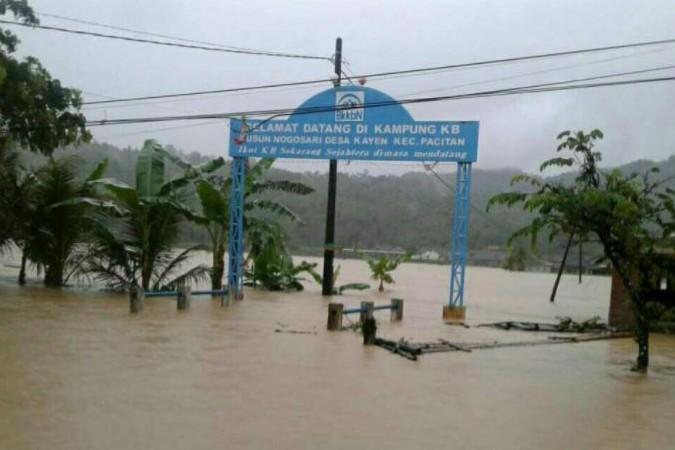 5 Potret hujan lebat di berbagai daerah akibat Siklon Tropis Cempaka