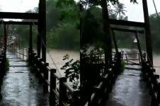 Detik-detik jembatan di Jogja ambrol dihantam air sungai yang meluap