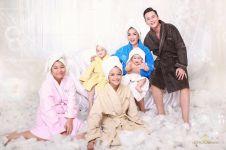 10 Foto pemotretan keluarga Andhika-Ussy, kompak pakai handuk