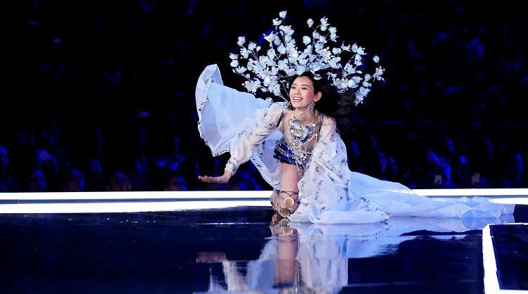 Momen model Victoria Secret jatuh di runway, untung ada dewi penolong