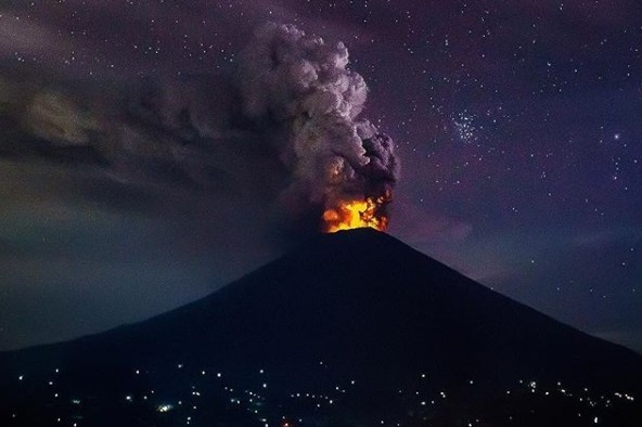 Panorama langka erupsi Gunung Agung yang bikin turis terkesima