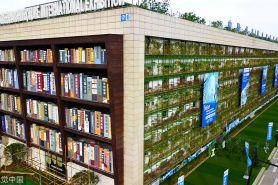 Gedung ini desainnya unik, dari kejauhan bak rak buku raksasa