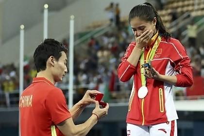 5 Atlet ini dilamar kekasihnya di arena pertandingan, so sweet
