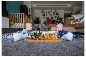 15 Potret persaingan dua bayi kembar saat di rumah, lucu anet