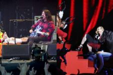 5 Penyanyi ini tetap melanjutkan konsernya meski jatuh dari panggung