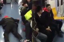 Tidak kebagian kursi di kereta, kelakuan pria ini bikin tepuk jidat