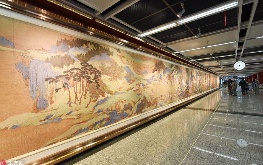 10 Mural indah di berbagai stasiun, suasananya jadi bak galeri seni