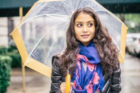 Outfit musim hujan yang wajib kamu punya biar tetap stylish