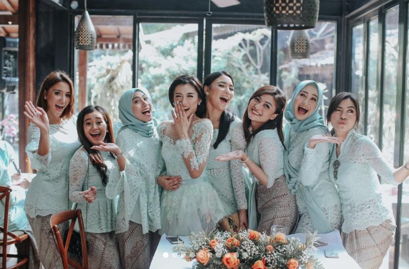 Potret cantiknya 7 bridesmaids saat lamaran Raditya Dika-Annissa