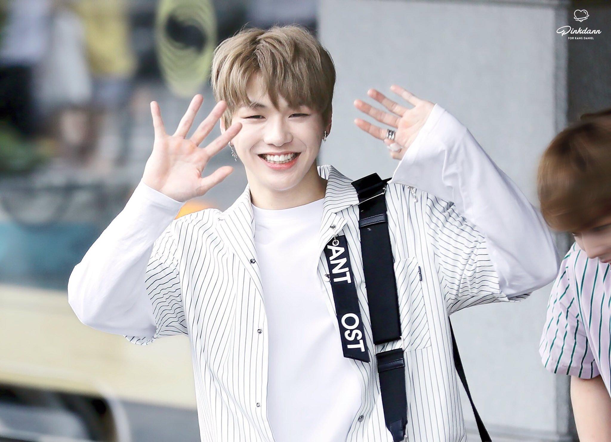 12 Gaya kasual Kang Daniel Wanna One yang bikin cewek klepek-klepek