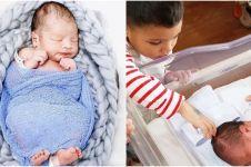 Momen akrab anak pertama Titi Kamal dan adiknya yang baru lahir