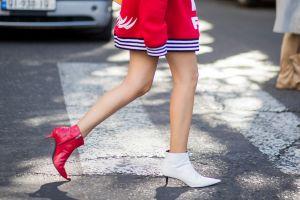 5 Trik mismatched shoes yang kini ngetren, biar nggak dibilang norak