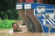 Lagi, 10 kelakuan nyeleneh di tengah banjir yang bikin geleng-geleng