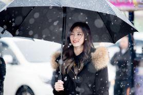 8 Outfit hangat ala idol Korea, inspirasi tetap gaya di musim hujan