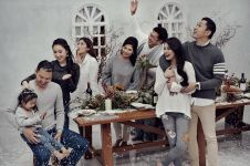 6 Seleb ini lakukan pemotretan tema Natal bareng keluarga, penuh kasih