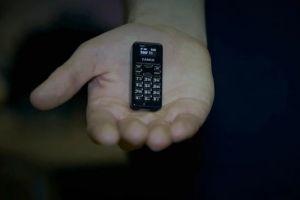 Ponsel ini disebut-sebut terkecil di dunia, beratnya cuma 13 gram