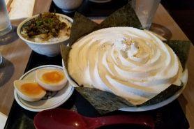 Unik, restoran ini menjual ramen dengan topping whipped cream