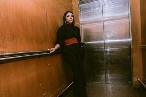 8 Gaya outfit anggun buat cewek bertubuh mungil ala Gita Gutawa