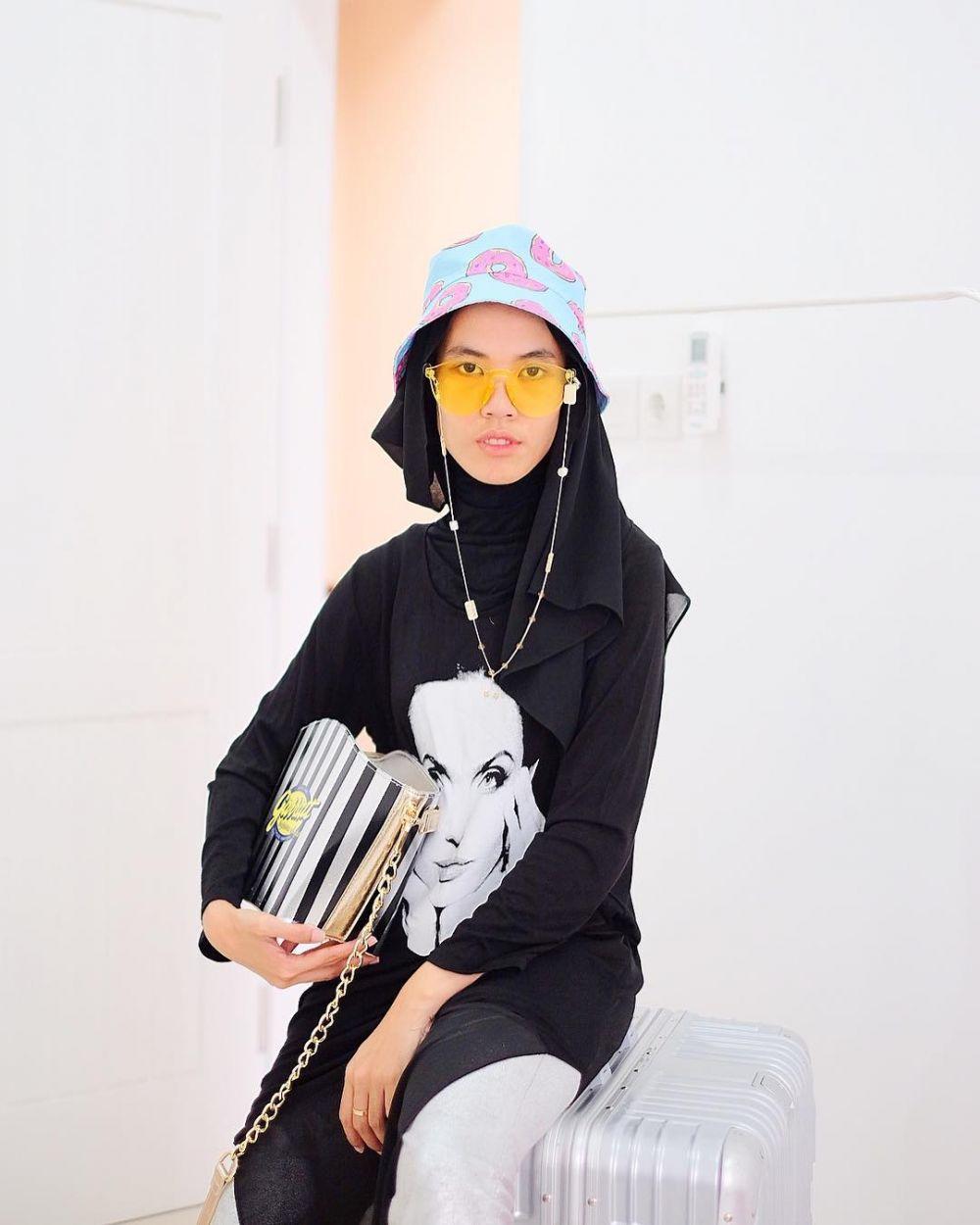 6 Padu Padan Topi Dengan Hijab Yang Bikin Kamu Tampil Beda