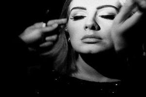 6 Inspirasi makeup Adele, dari cat-eye sampai lipstik merah merona