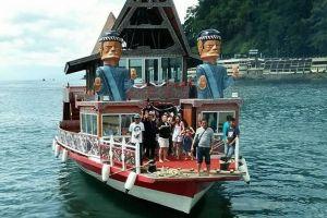 Serunya berkeliling Danau Toba dengan kapal wisata rumah terapung