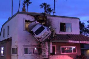 Bikin heboh, mobil meluncur terbang & mendarat di lantai 2 gedung
