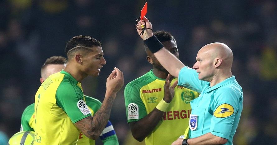 Pemain ini ditendang wasit tapi malah kena kartu merah, penonton heran