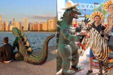 10 Editan foto uniknya keliling dunia bareng Godzilla, kreatif banget