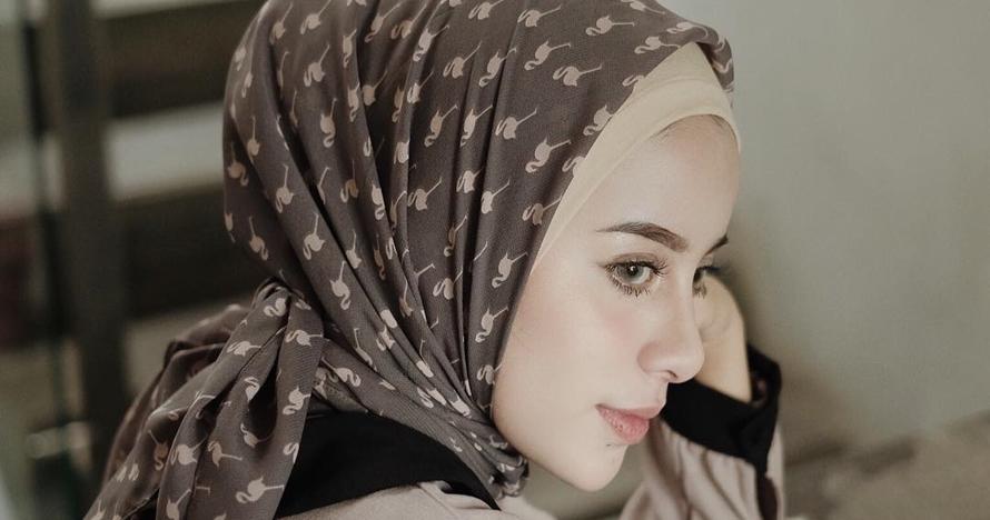 5 Inspirasi hijab printed scarf untuk tampil elegan