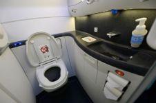 Ini rahasia di balik cara kerja toilet pesawat, canggih banget