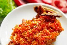 Mencicipi ayam sambal nyinyir di Ayam Geprek Om Tian, pedesnya nampol