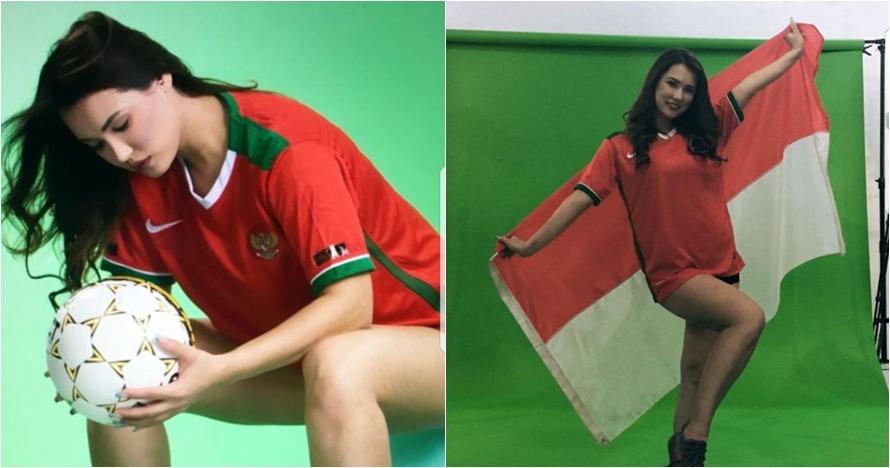 Maria Ozawa pamer keseksian saat pakai jersey timnas Indonesia