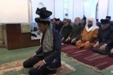 Momen saat Presiden Jokowi menjadi imam salat di Afghanistan