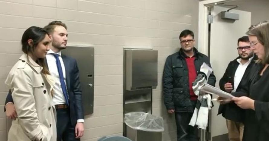 Pasangan ini terpaksa menikah di toilet, alasannya bikin haru