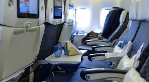 Ini alasan meja di pesawat harus dilipat saat landing dan take off