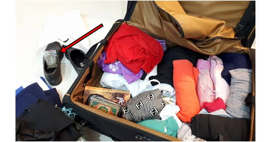Wanita ini dititipi koper teman dari luar negeri, isinya bikin syok