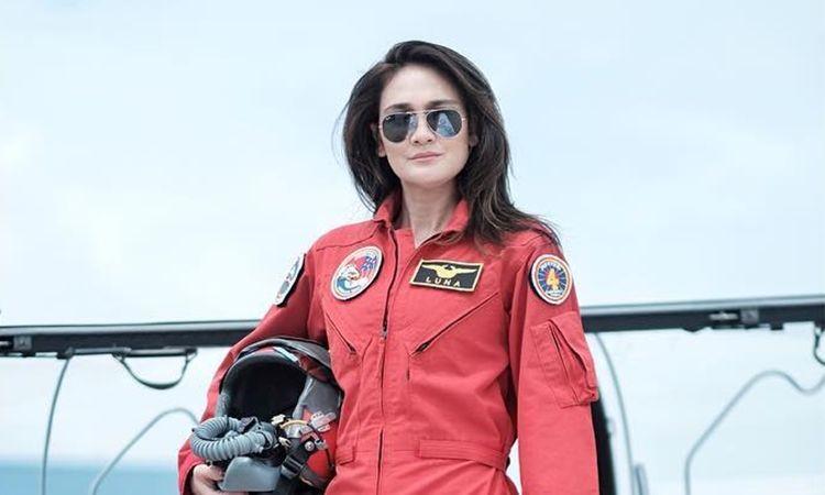 Gaya 5 selebriti berbalut seragam tim aerobatik TNI AU, karismatik!