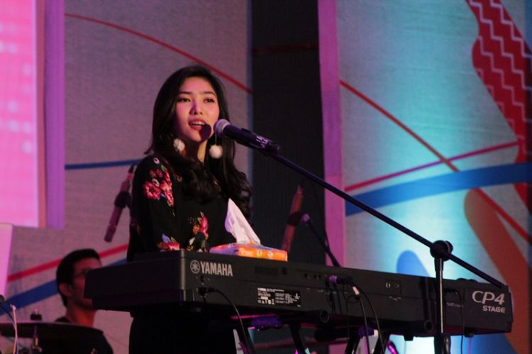 "Nggak cuma jago nyanyi, Isyana juga bisa ""garang"" lho di atas panggung"