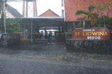 Foto terkini Gereja St. Lidwina Sleman yang diserang pagi tadi