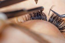 Pakai eyelash extension bikin bulu mata asli rontok, mitos atau fakta?