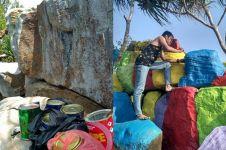 Bebatuan Pantai Tanjung Siambak dicat warna warni ini tuai hujatan