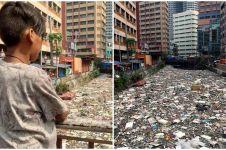 Tumpukan sampah sumbat aliran sungai ini parah dan menjijikkan