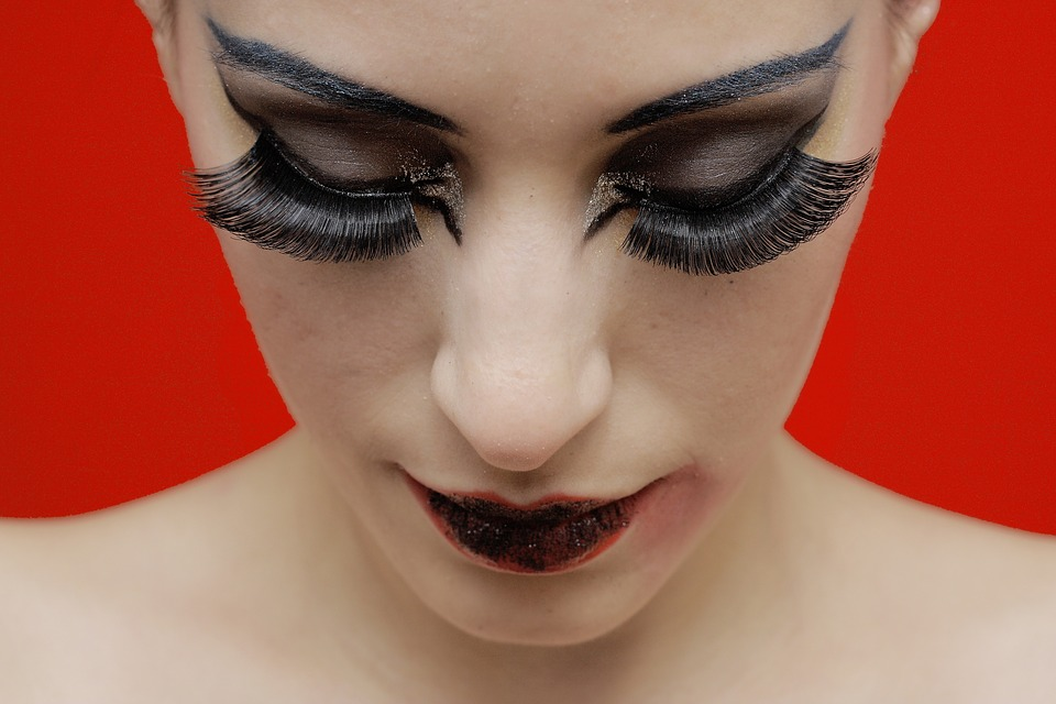 Penggunaan kosmetik berlebih picu penuaan dini, ini cara mengatasinya
