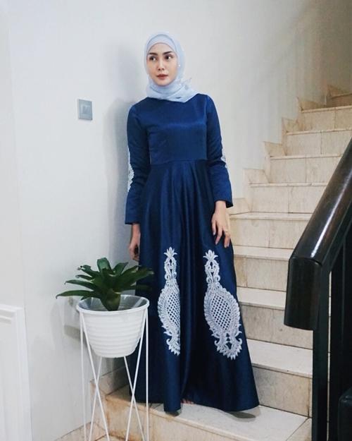 10 Gaya Fashion Simpel Ala Fenita Arie Cocok Bagi Yang Baru Berhijab